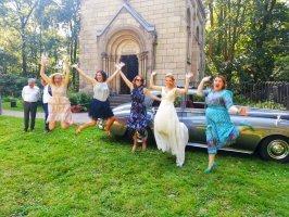 Braut, Trauzeugen und Freunde springen vor Freude in die Luft. Entstanden ist das Bild bei einer Hochzeit in Düsseldorf in 2019