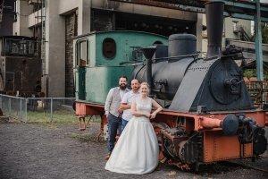 Hochzeit von Bettina und Florian Fotoshooting auf dem Gelände der Kokerei Hansa Dortmund vor einer Lokomotive